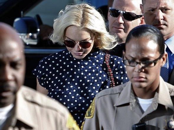 Polizisten führten Lindsay Lohan in den Gerichtssaal in Los Angeles