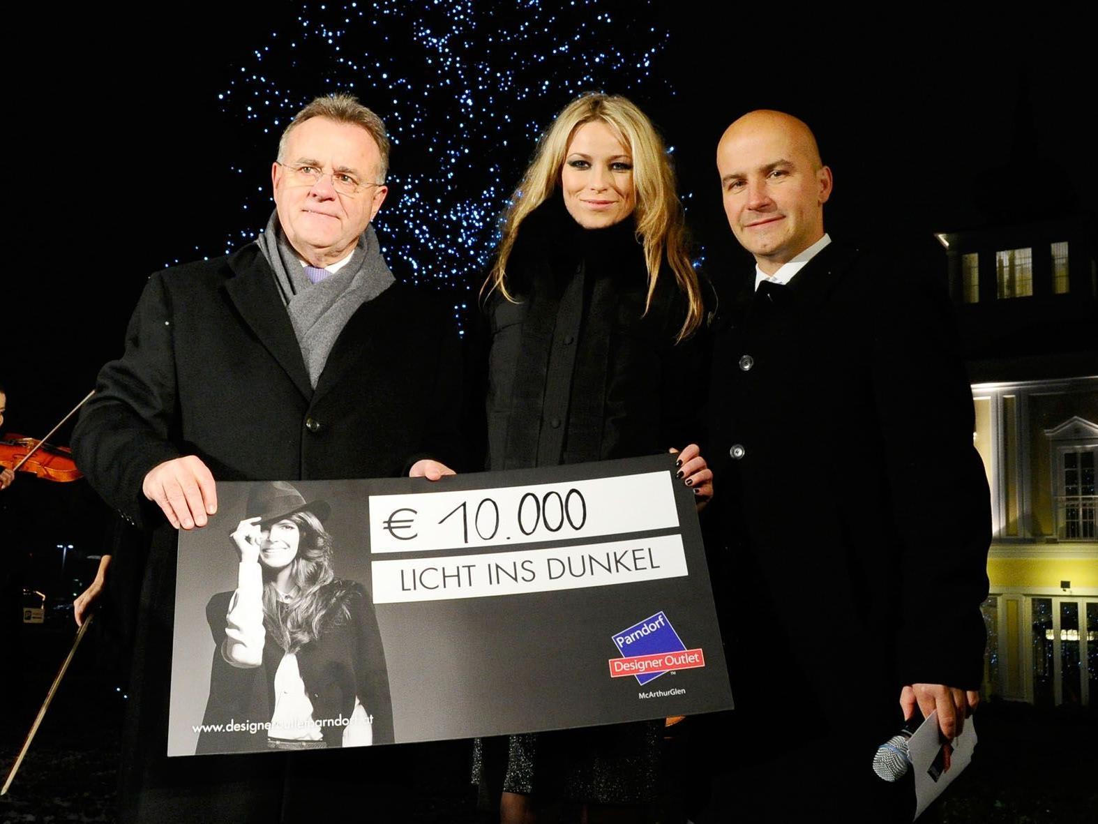 Im Bild (v.l.n.r.): LH Hans Niessl, Kiera Chaplin und Mag. Mario Schwann, Centre Manager Designer Outlet Parndorf.