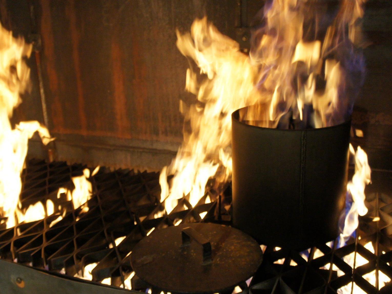 Küchenbrand mit Fett. Schlechteste aller Ideen: Wasser draufschütten... die Stichflamme kostet sicher nicht nur die Augenbrauen!