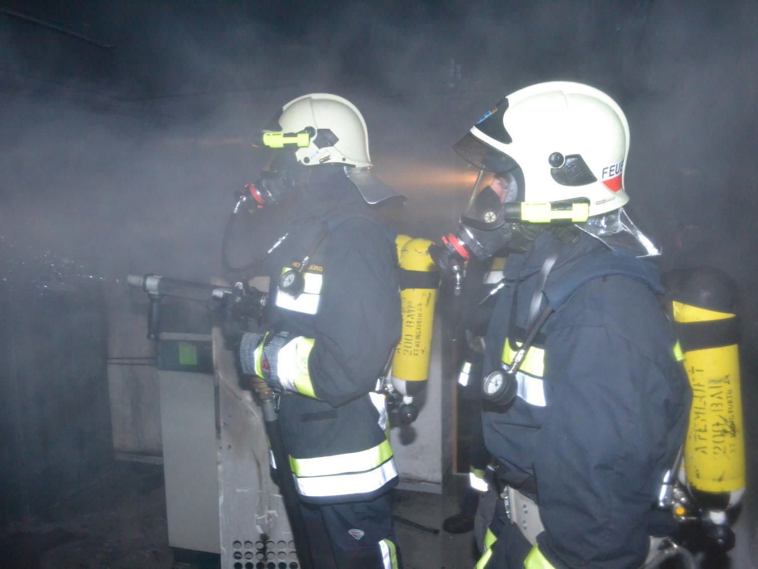 Gleich vier Feuerwehren mussten den Kellerbrand löschen.