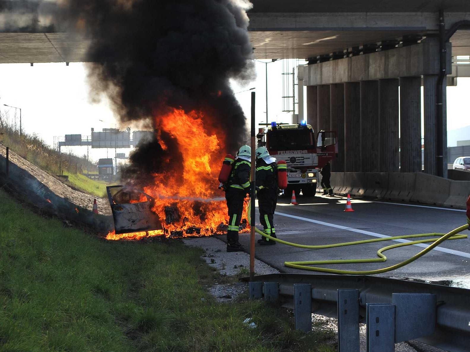 Das war's mit dem schönen Auto: BMW auf der Südautobahn brannte einfach ab.