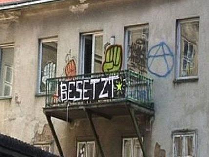Die Hausbesetzung in der Lindengasse verlief weitgehend friedlich - in der Westbahnstraße sieht es anders aus