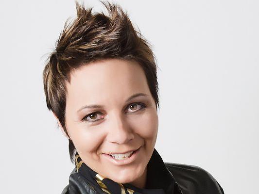 """Die neue EU-Richtlinie bezüglich Haar-Colorationen besagt, dass Personen unter 16 Jahren nicht mehr coloriert werden dürfen. Mit einer Nachfrist bis 31. Oktober 2012 müssen alle Haarfärbeprodukte mit dem Vermerk """"Für Kinder und Jugendliche unter 16 Jahren nicht geeignet"""" versehen werden. (Im Bild Katharina Strassl)"""