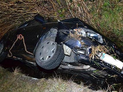 Der Unfallwagen geriet in Kirchschlag von der Straße ab und landete in einem Bachbett