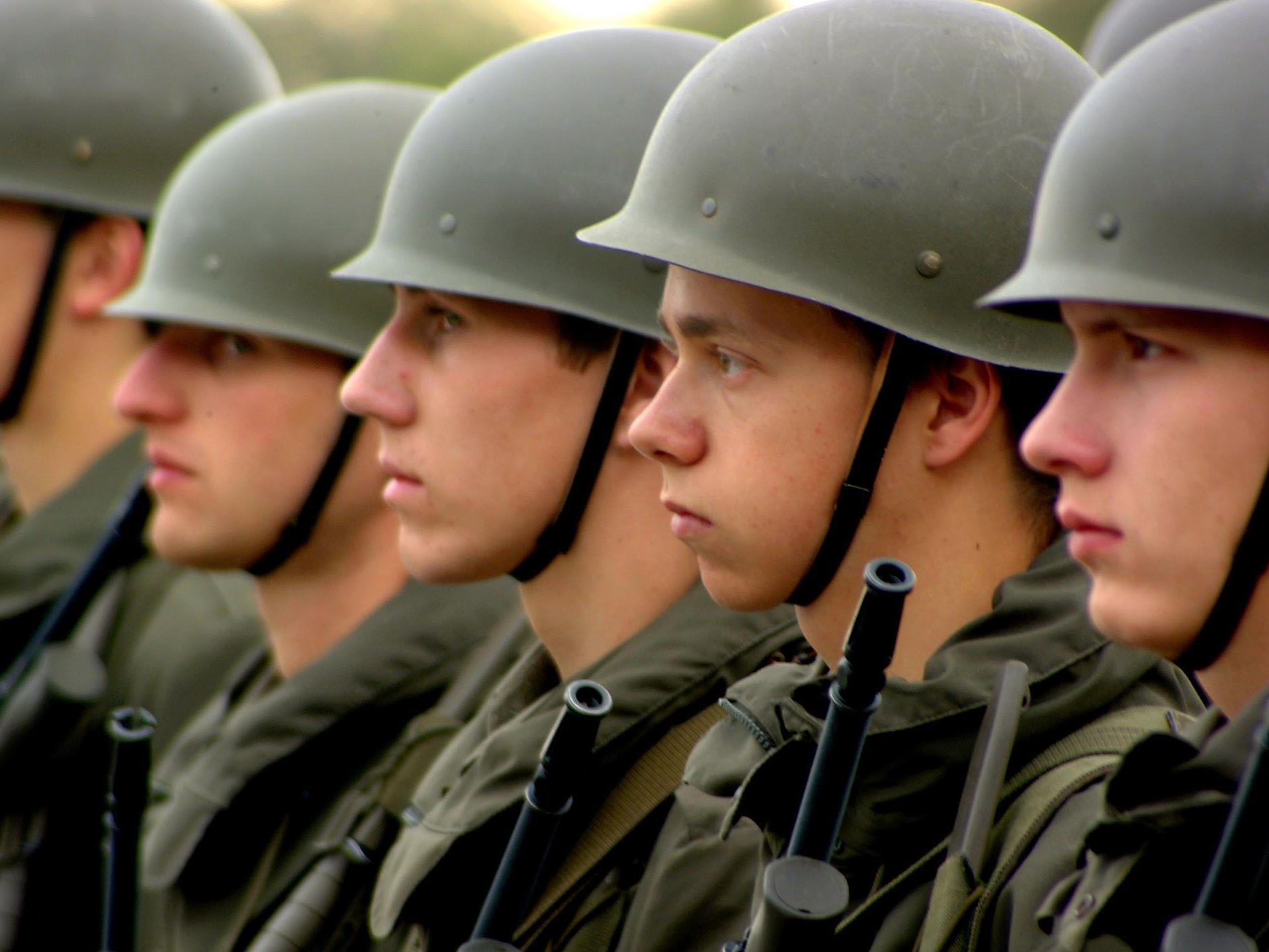 Aufgestellt in Reih' und Glied sind die Rekruten nur noch in der Kaserne, nicht aber mehr an der Grenze.