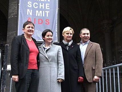 Die Stadträtinnen Frauenberger und Wehsely hissten am Wiener Rathaus Red Ribbon-Fahnen