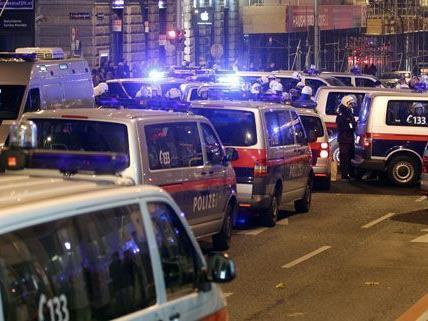 Nach der Räumung des besetzten hauses in der Lindengasse gingen die Beseter auf die Straße.