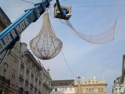Die Weihnachtsluster hängen bereits am Wiener Graben.