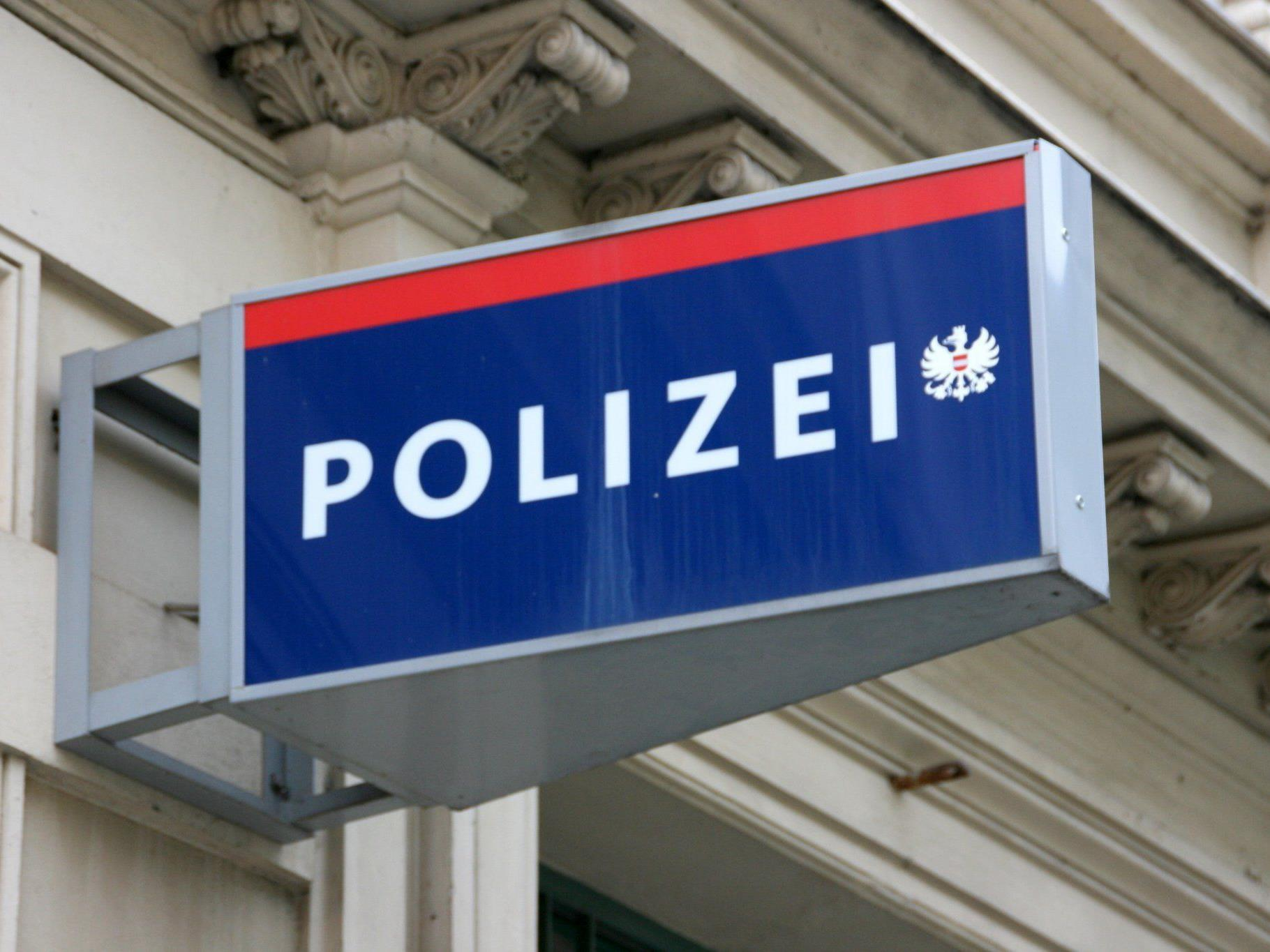 Die Polizei fahndet nun nach den beiden Betrügern.