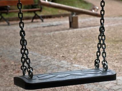 Schüler wurden von fünf Jugendlichen auf einem Spielplatz ausgeraubt.