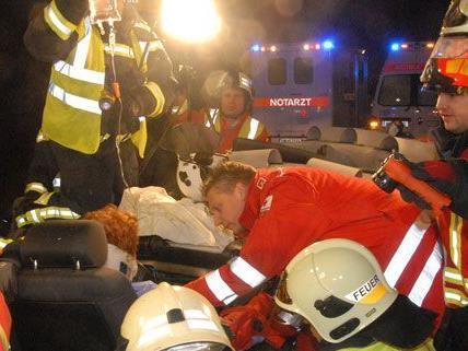 Die Feuerwehr konnte die Frau nach einer Stunde befreien.