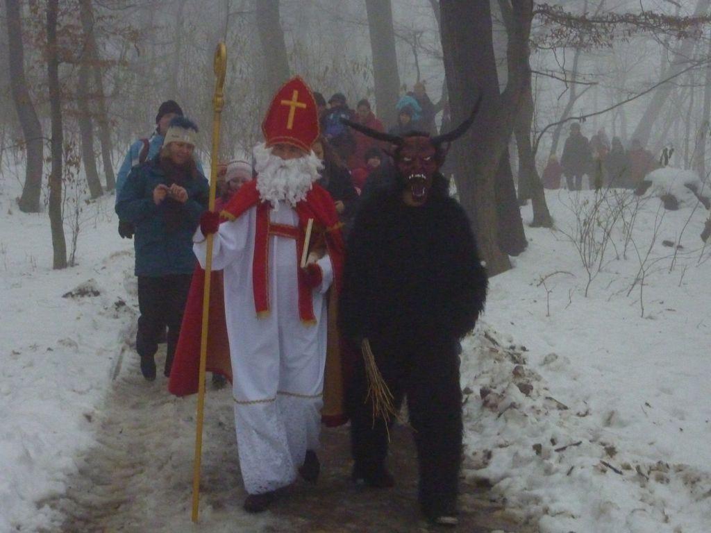 Nikolaus und Krampus Am Himmel