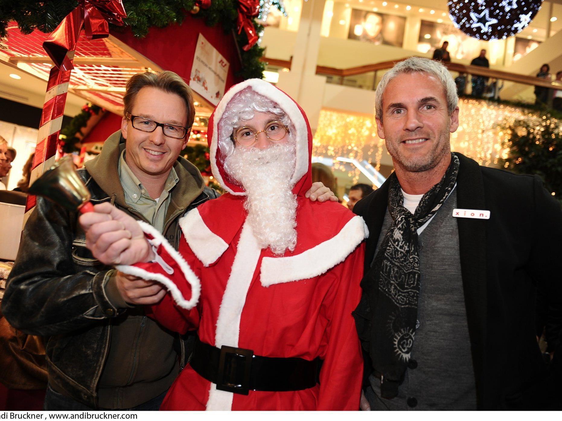 Serge Falck und Michael Konsel mit dem ganz echten Weihnachtsmann.