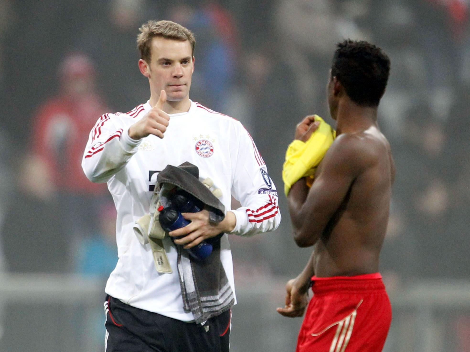 Muenchens Torwart Manuel Neuer (l.) gestikuliert nach dem Spiel in Richtung Muenchens David Alaba mit einem erhobenen Daumen.