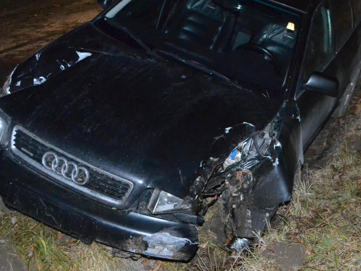 Da ging es nur mehr zu Fuß weiter: Fahrer flüchtete nach Crash mit Hinweistafel