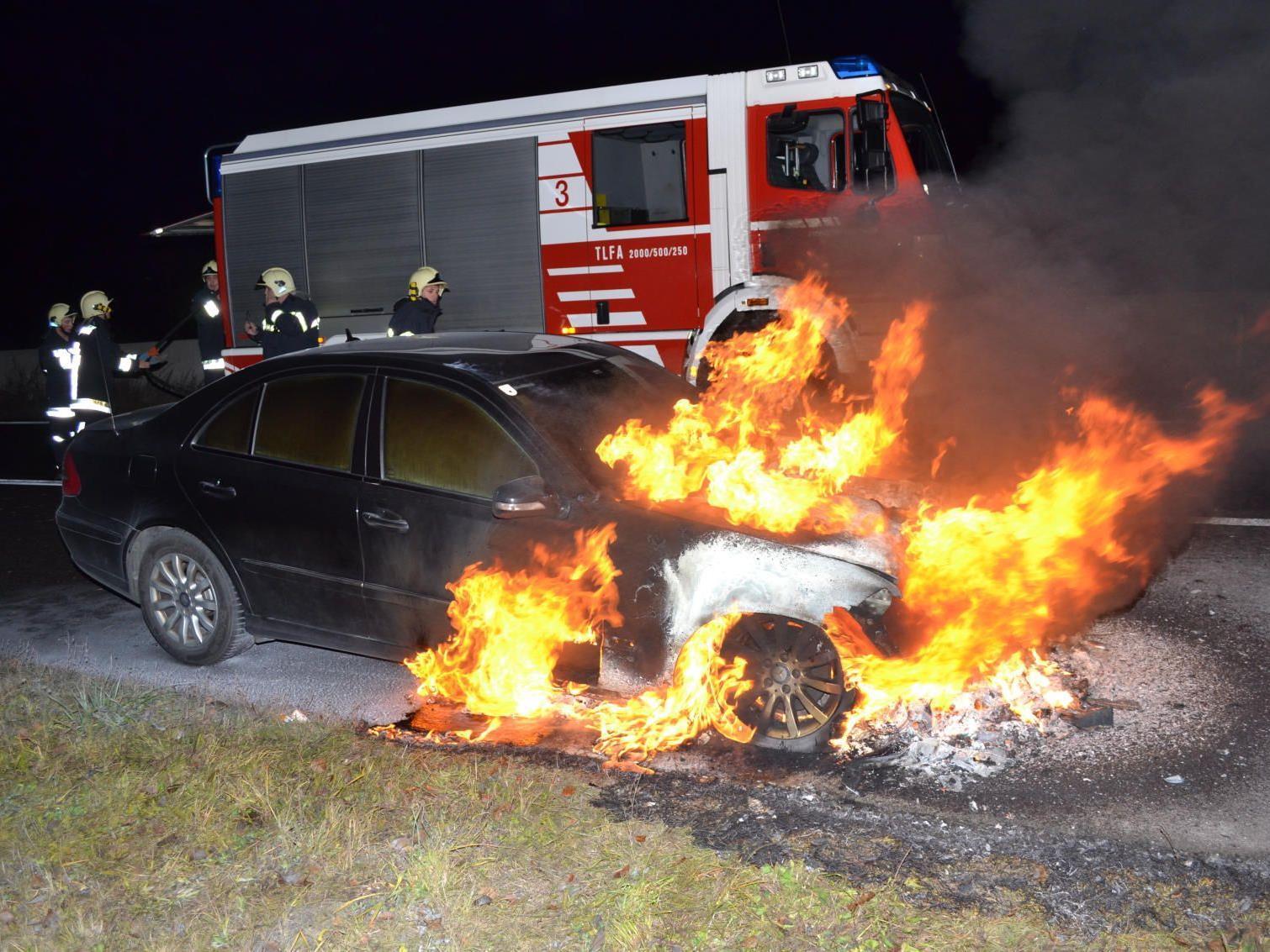 Totalschaden, aber wenigstens keine Verletzten: Mercedes brennt auf der S6.
