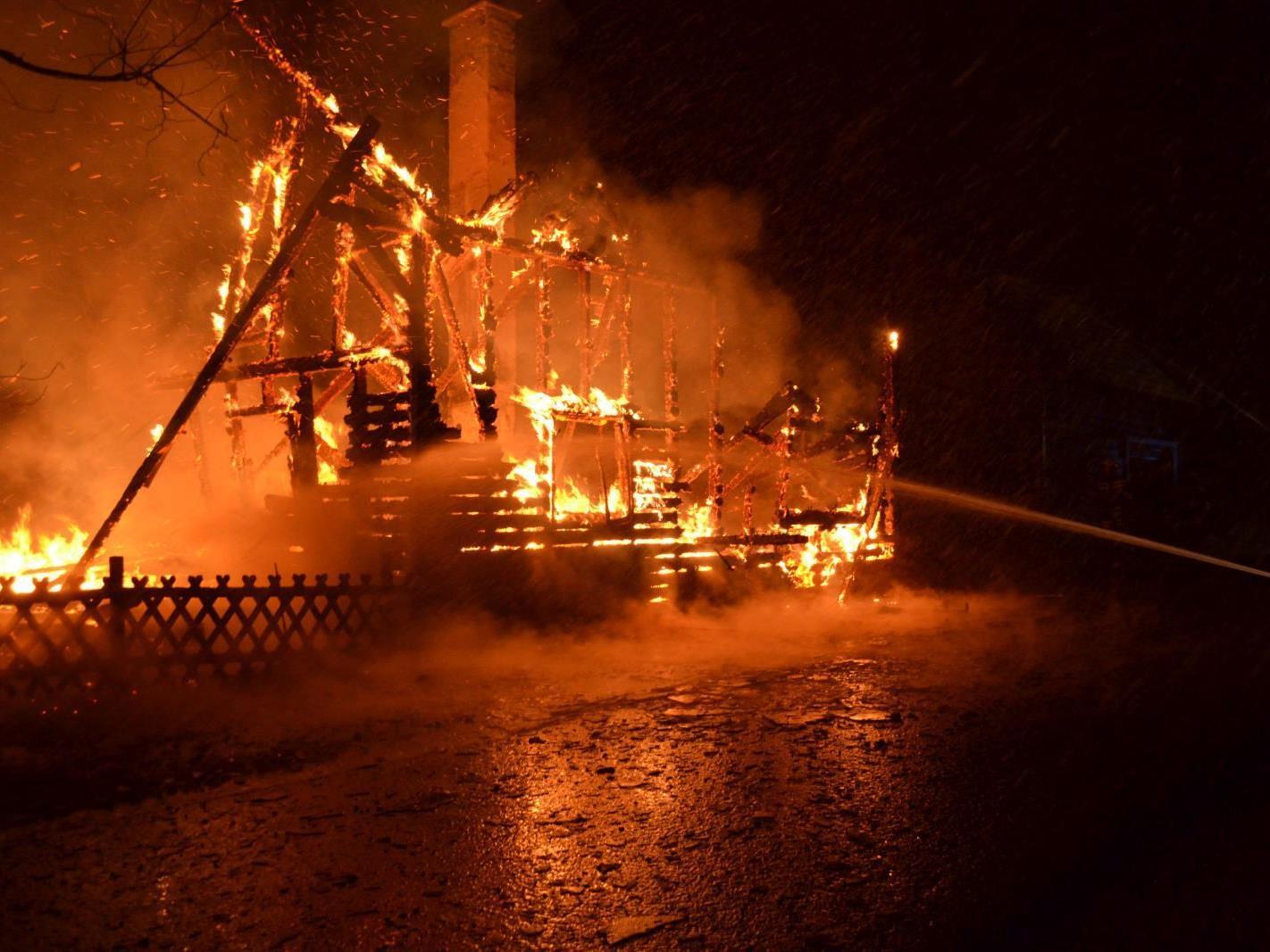 Lichterloh brannte das Holzhaus, als die Feuerwehren eintrafen.
