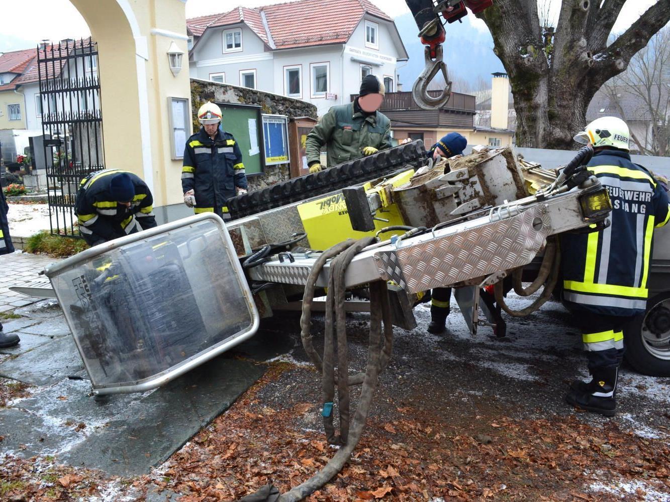 Ein umgestürzter Bagger beschäftigte die Feuerwehr Aspang.