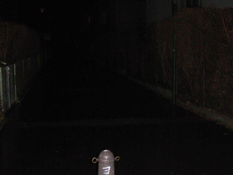 So viel sieht der Passant in etwa am Fritz-Hartl-Weg bei Nacht