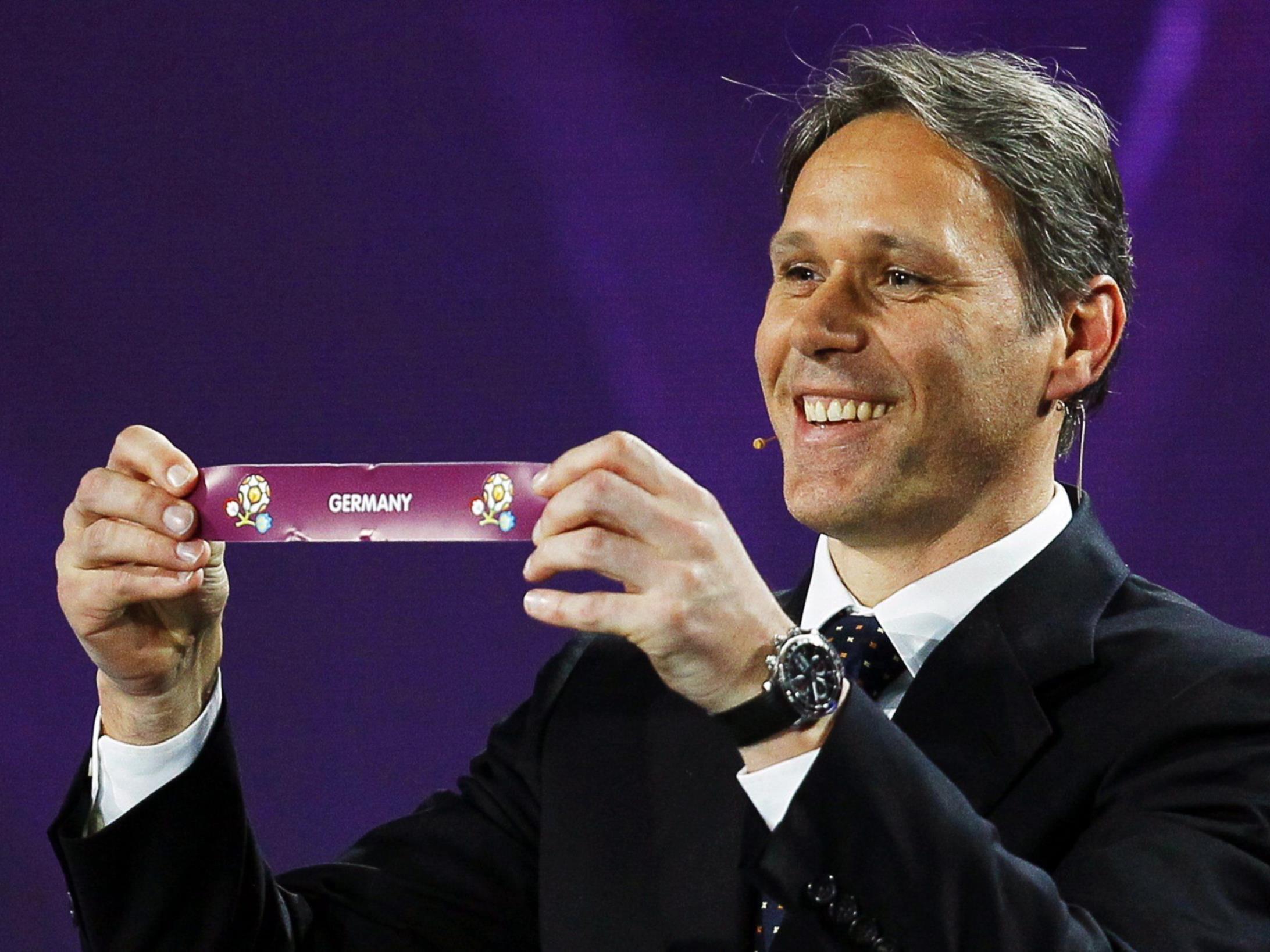 Marco van Basten lost seine Niederländer in Gruppe B zu den Deutschen.