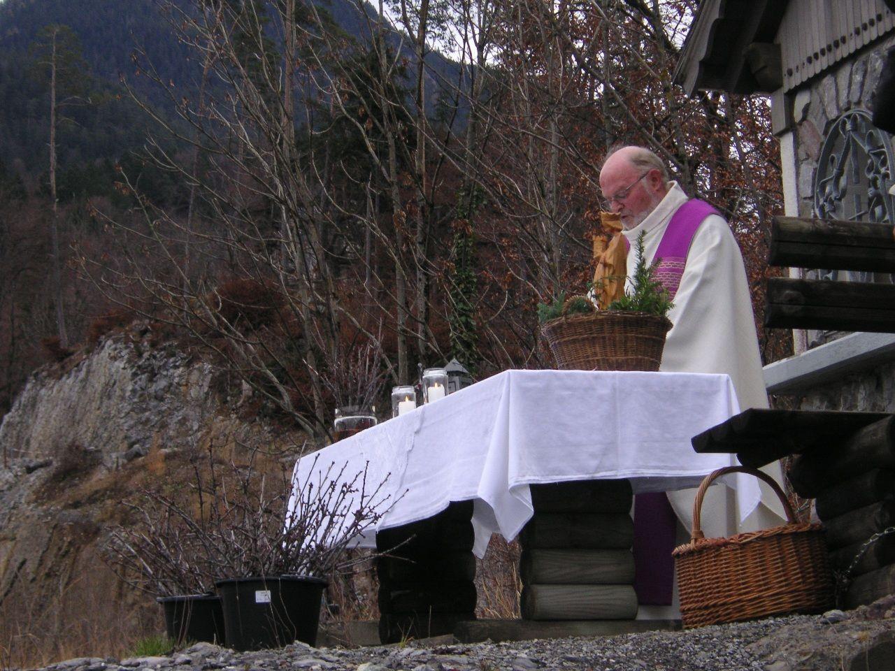Pfarrer Josef Bertsch feierte eine Barbaramesse im Steinbruch