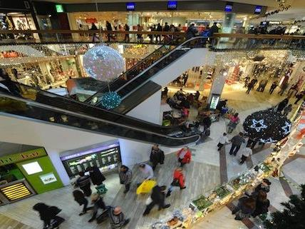 Zahlreiche Wiener strömten zum Einkaufen am 8. Dezember auch in die SCS