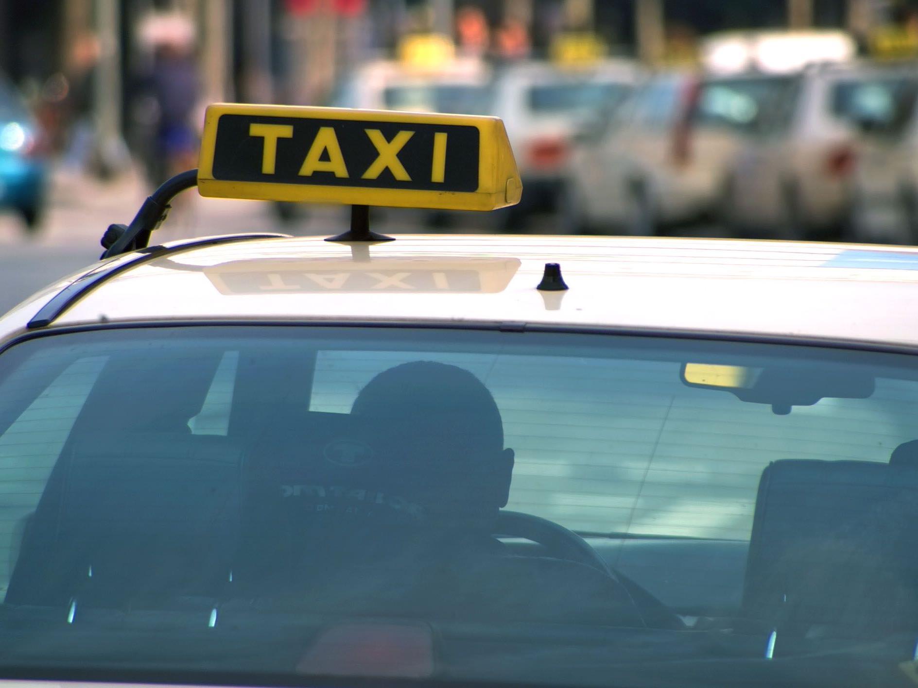Wegen dem Fahrpreis gerieten Fahrgäste und Taxilenker in einen Streit, der mit Handgreiflichkeiten endete