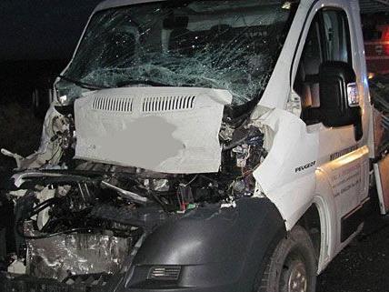 Bei dem Unfall auf der B4 kollidierten zwei Pritschenwagen