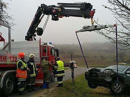 Die Feuerwehr musste den beschädigten Pkw von der Unfallstelle in Tulln bergen