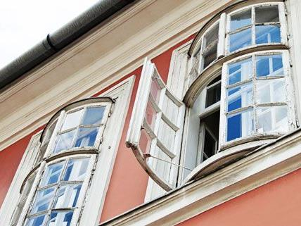 Die 17-Jährige wurde bei dem Fenstersturz schwer verletzt.