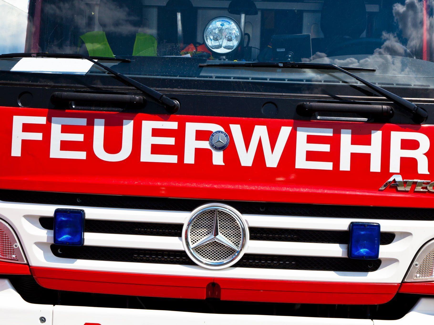 Die Feuerwehr räumte die Straße vom Geröll.