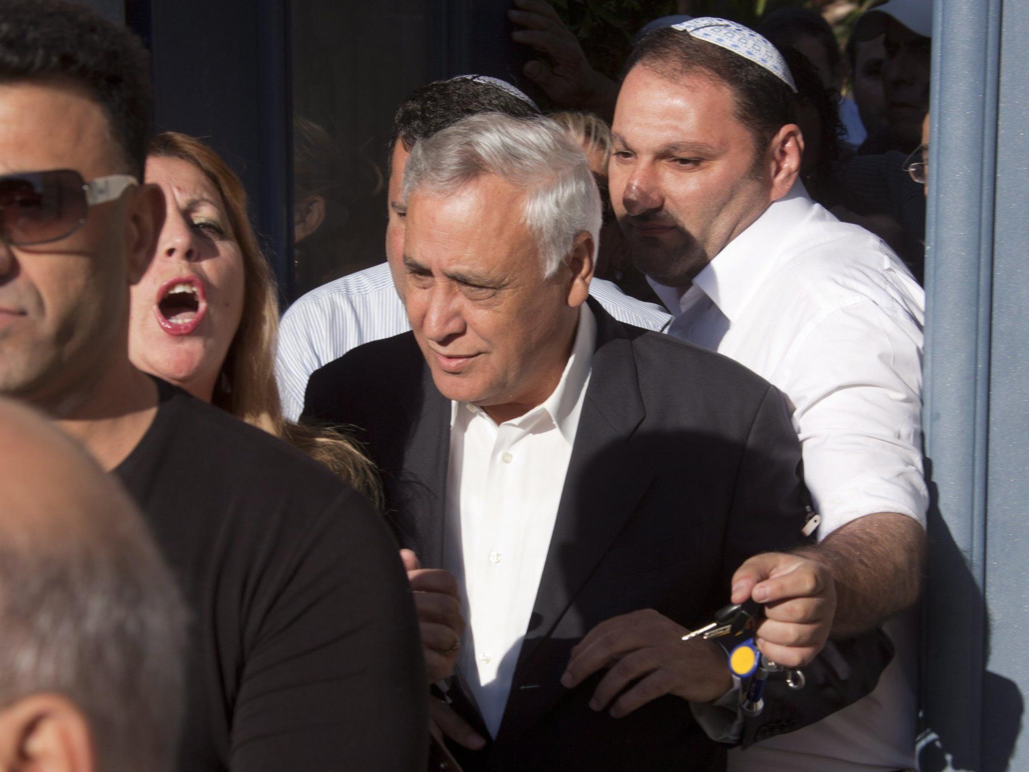 Das israelische Fernsehen zeigte Katzav am Morgen beim Verlassen seines Hauses.