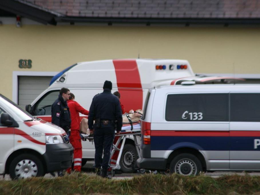 Der geistig verwirrte Mann wurde von der Polizei überwältigt und nach der Erstversorgung mit dem Notarztwagen in das Krankenhaus Gmunden eingeliefert