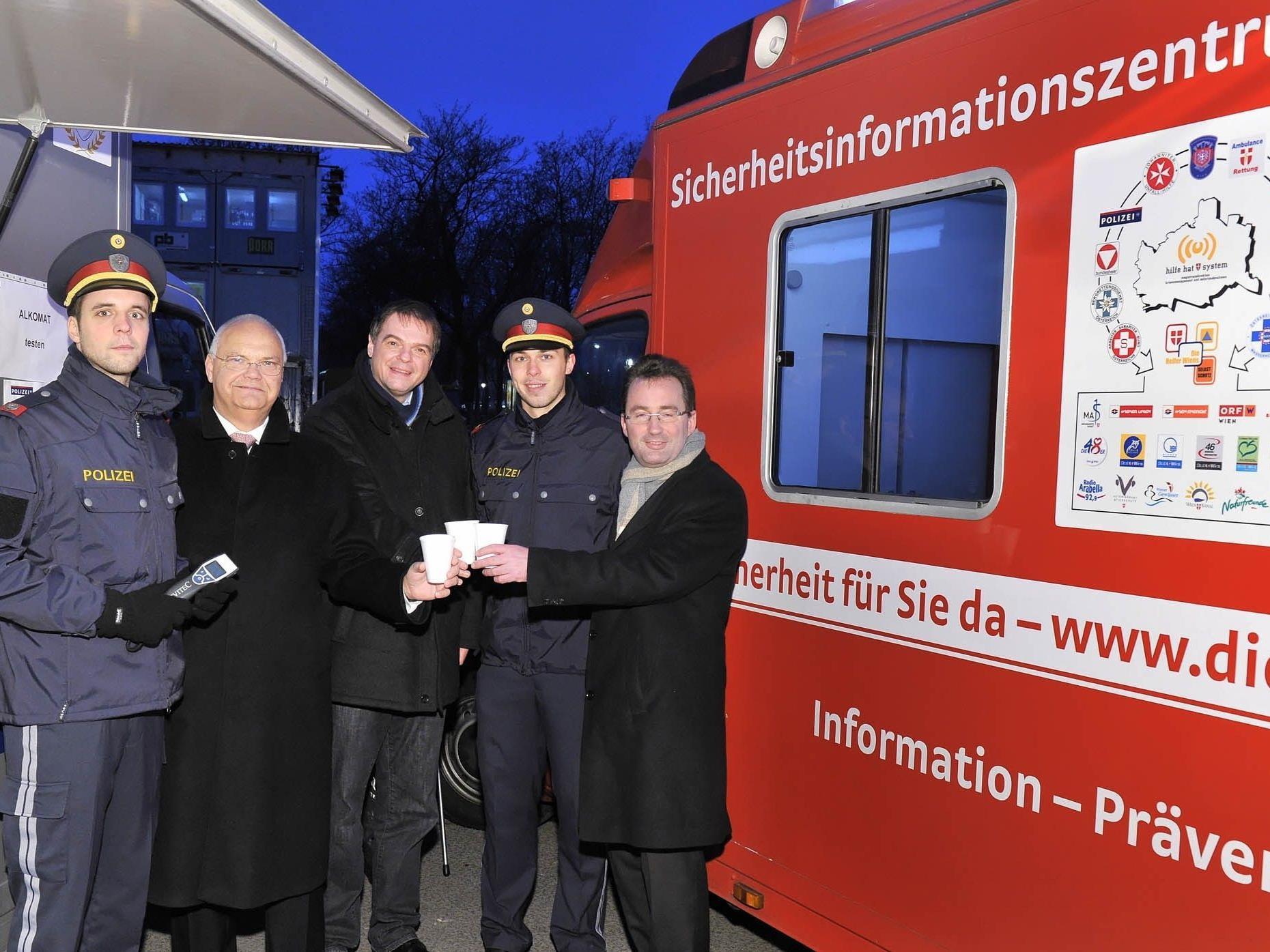 Der sichererste Punschstand Wiens: Besuch von Landtagspräsident Kopietz und Polizeipräsident Pürstl