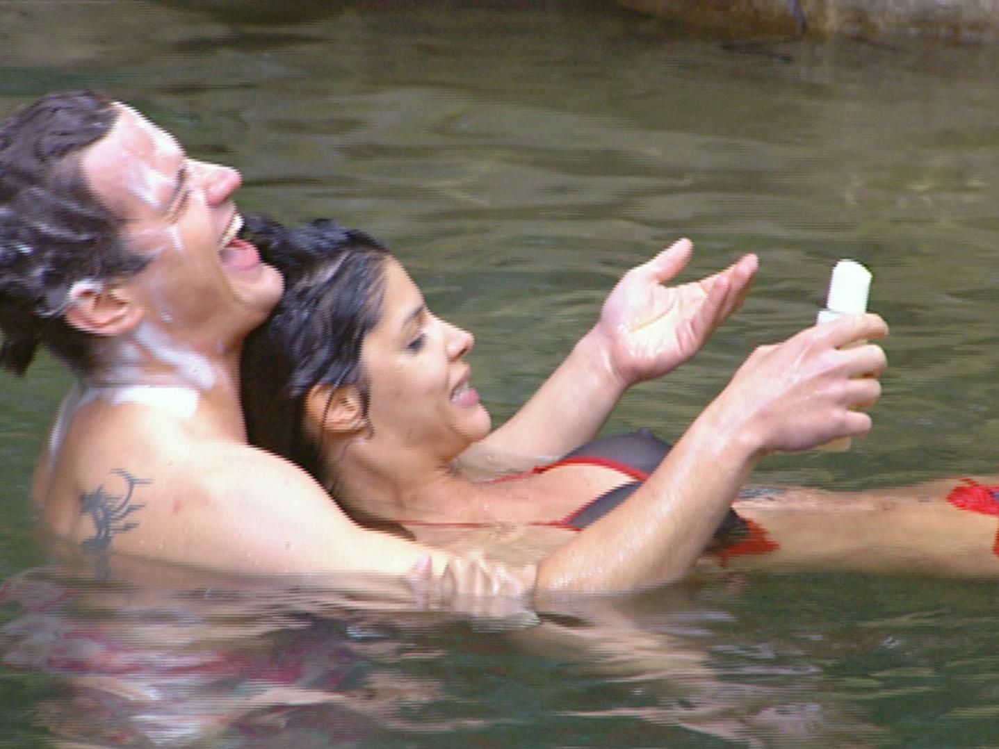 Nach der Dschungelprüfung badeten Micaela Schäfer und Rocco Stark gemeinsam im Badeteich.