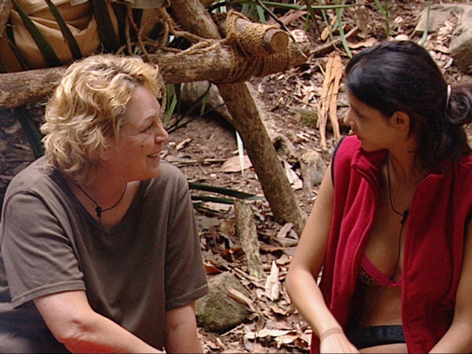 Micaela Schäfer (re.) will im Dschungelcamp alles über Ramona Leiß Homosexualität erfahren.