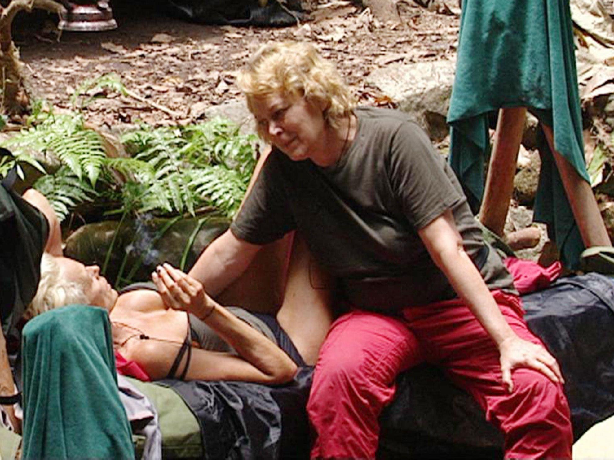 Vor dem Rauswurf aus dem Dschungelcamp erzählte Ramona Leiß (re.) Brigitte Nielsen von ihrer schweren Kindheit.