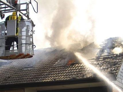 Mann in Kärnten stürzt bei Brand vom Dach