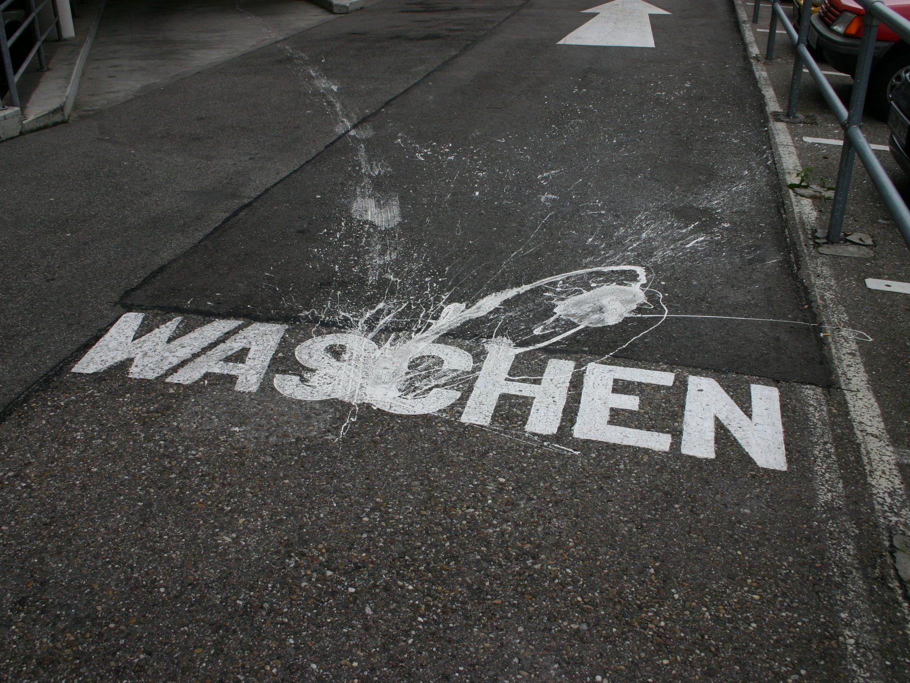 Sollte man vielleicht nicht, da könnten sie ja abgehen, die Straßenmarkierungen...