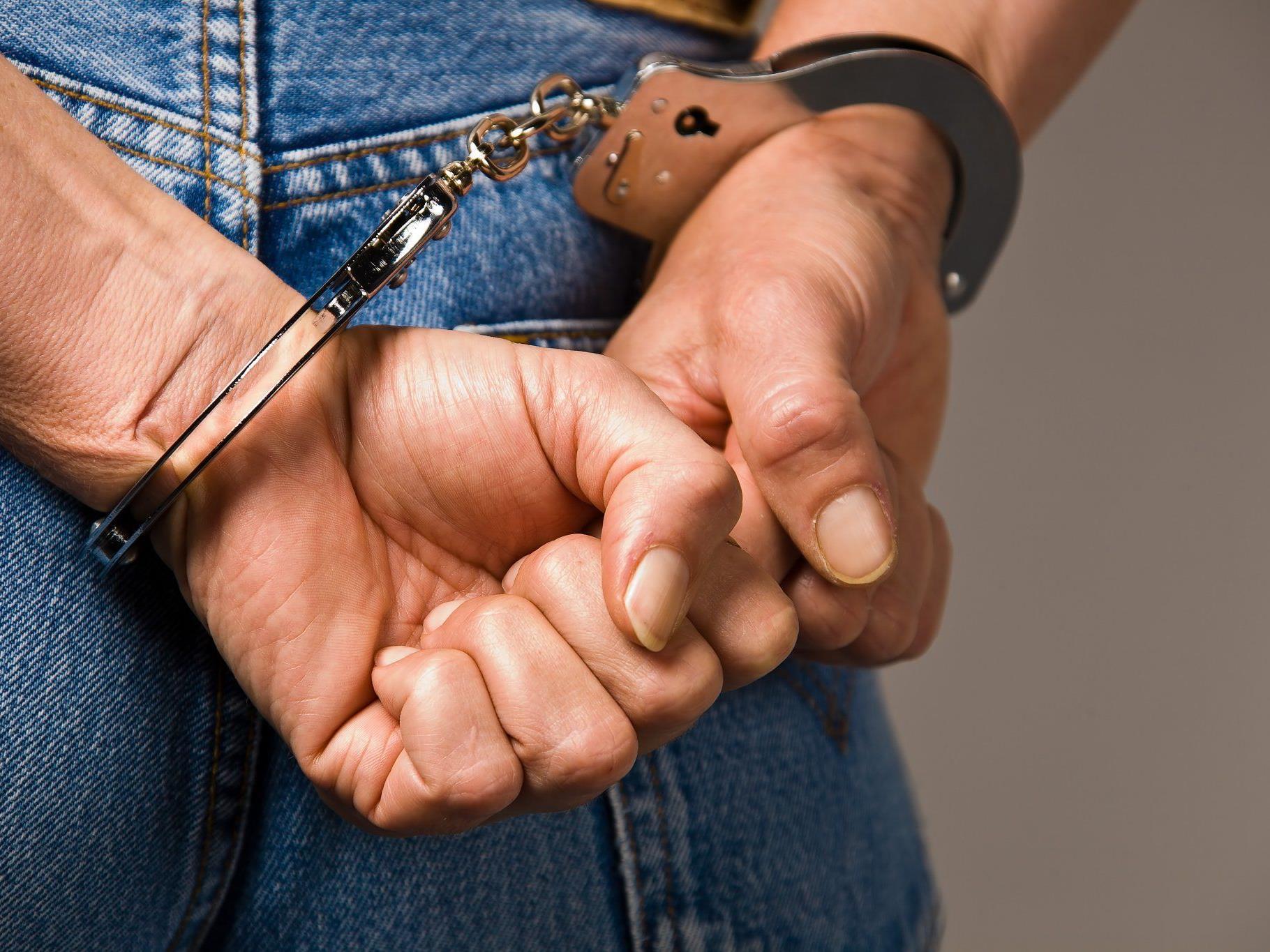 Die Handschellen klickten für einen Gast mit gefälschtem Ausweis
