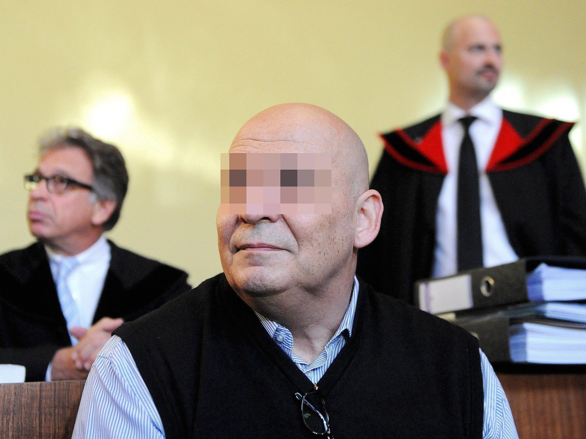 Der Angeklagte mit Anwalt Fahrid Rifaat (L.) und Staatsanwalt Gregor Adamovic (R.)
