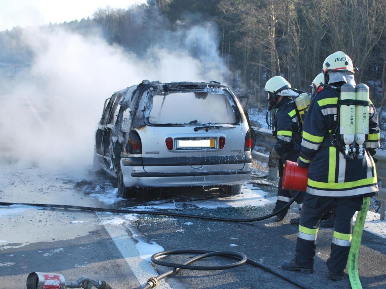 Viel Rauch und Feuer bei diesem Autobrand auf der A1