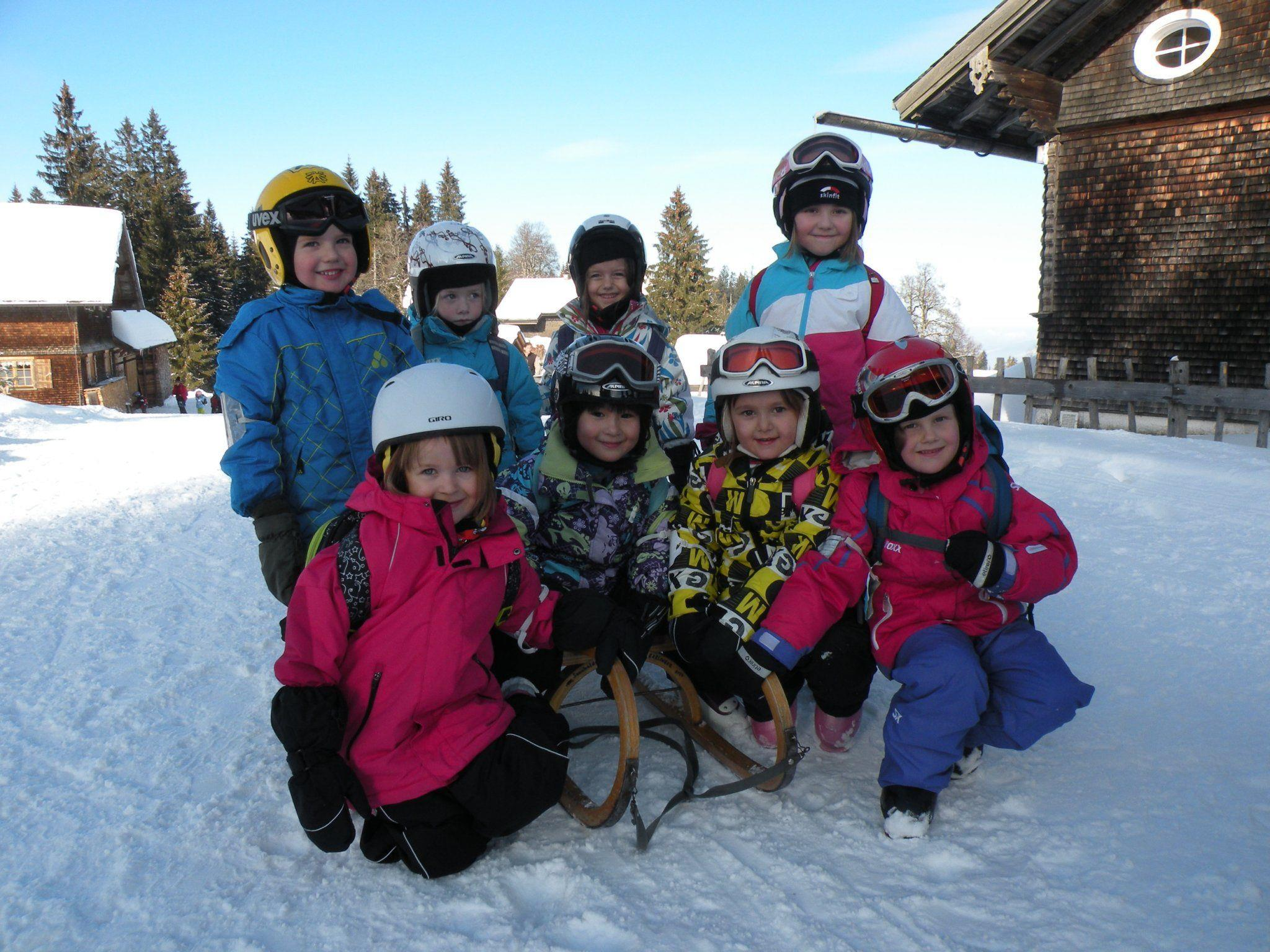 Kleine Wintersportler auf dem Weg zum Bambini-Skirennen