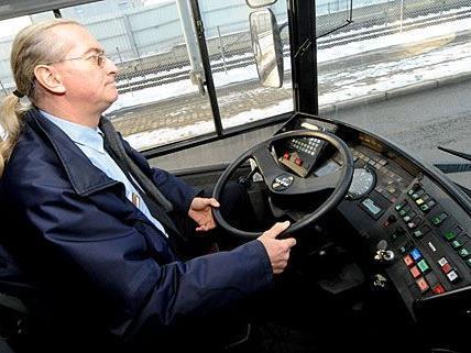 Die meisten Busfahrer haben bei der Fahrt beide Hände am Lenkrad - nicht so der telefonierende 10A-Fahrer