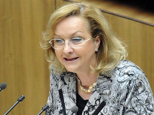 Finanzministerin Maria Fekter will das Budget vor allem über Einsparungen sanieren.