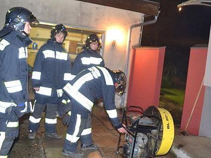Die Einsatzkräfte der Feuerwehr mussten in Gloggnitz einen gefährlich verrauchten Keller entlüften
