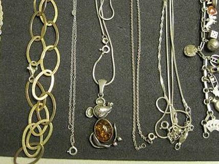 Unter anderem wurden diese Halsketten in der Wohnung in Fünfhaus gefunden