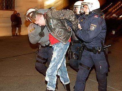 Das Verhalten der Polizisten wurde nicht nur von den WKR-Ball-Demonstranten massiv kritisiert