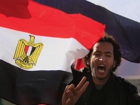 Auch nach dem Sturz Mubaraks im vergangenen Jahr sind die Menschen in Ägypten unzufrieden. Ein Wiener Autohändler will das nun ändern.