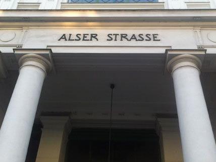 Der Geruch des Brandes haftet der Station Alserstraße auch am Dienstag noch an.